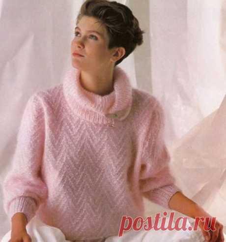 Розовый мохеровый свитер спицами.