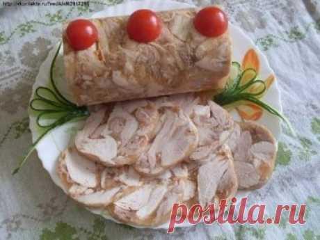 """""""Куриный рулет в бутылке"""" Ингредиенты: Курица — 1 Штука Грецкие орехи — 100 Грамм Желатин — 30 Грамм Чеснок — 2  Зубчика Соль и приправы — По вкусу 1. Для этого рулета можно брать целую курицу, а можно готовое филе (если любите постные рулеты). Кроме этого, мясо можно приготовить двумя способами: отварить, сделав бульон прозрачный (с овощами и зеленью), а можно протушить, как в нашем варианте. 2. Отправляем мясо на сковороду, не добавляя никаких жиров! Поставьте слабый огонь и начинайте тушить"""