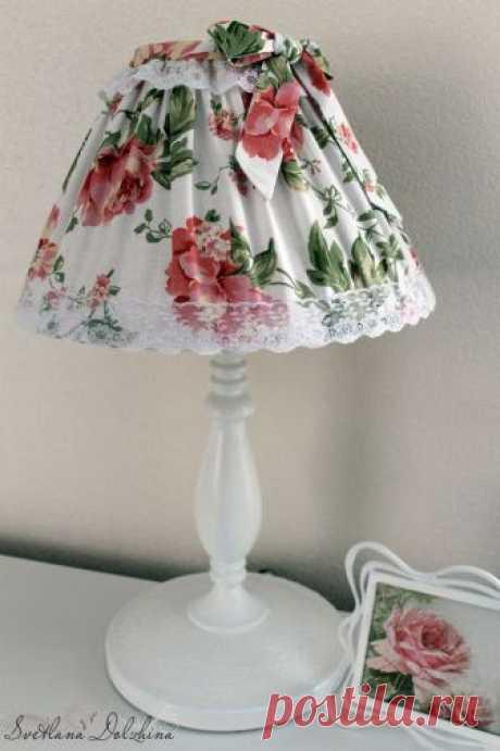 Декорируем скучную настольную лампу