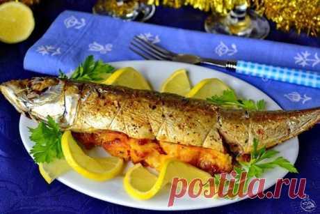 Скумбрия в духовке: идеальный рыбный ужин  Итого на 100 грамм - 95 ккал: Белки- 8 Жиры - 5Углеводы - 4   Получается отлично сбалансированно: скумбрия обеспечивает достаточное количество белка и полезных жиров, а овощи добавят витаминов и клетчатки. И главное: всю эту вкуснатищу можно скушать даже на самый поздний ужин!  Ингредиенты:  • скумбрия 300 г • лук репчатый крупный 1 шт. • морковь крупная 1 шт. • помидор крупный 1 шт. • лимон 1/2 шт. • соль, специи по вкусу  Пригот...