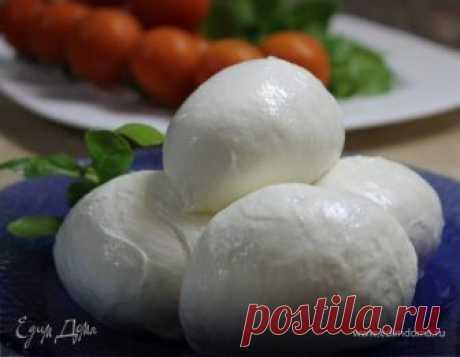 Mozzarella — один из основных продуктов итальянской кухни. Моцарелла — молодой итальянский сыр родом из региона Кампания. Классическая моцарелла (Mozzarella di bufala campana) производится из молока черных буйволиц, однако в продаже практически всегда присутствует моцарелла из коровьего молока. Этот сыр продают в виде белых шариков, замоченных в рассоле, так как он долго не хранится. Шарики белой моцареллы используются для приготовления салатов и холодных закусок, национал...