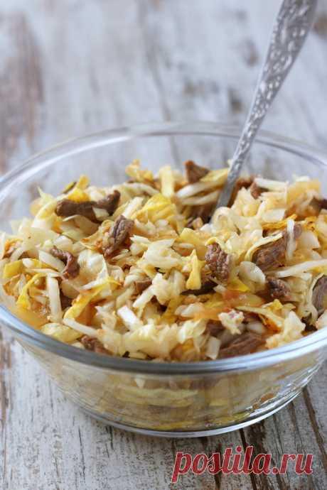 Салат из капусты с мясом и яичными блинчиками             Когда-то, очень-очень давно, этот рецепт я нашла в сборнике рецептов корейской кухни и он стал любимым салатом сына. Надеюсь, понравится он и другим любителям сытных салатов. Сейчас я гото…