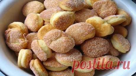 Самое быстрое печенье без яиц    Легкий и прямо-таки воздушный вкус!          Ингредиенты:  маргарин — 250 грамм; сметана — 300 грамм; мука — 2,5-3 стакана: разрыхлитель — 0,5 пакетика.  Самое быстрое печенье. Пошаговый рецепт  Ма…