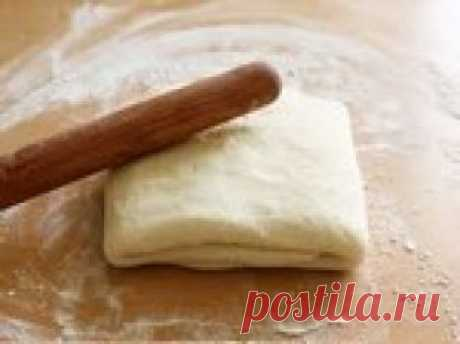 Слоеное  тесто дрожжевое Очень трудно представить себе французскую кухню без слоеного теста. Круассаны, сладкие и соленые киши и тарты, пироги и пирожные, все это о нем.