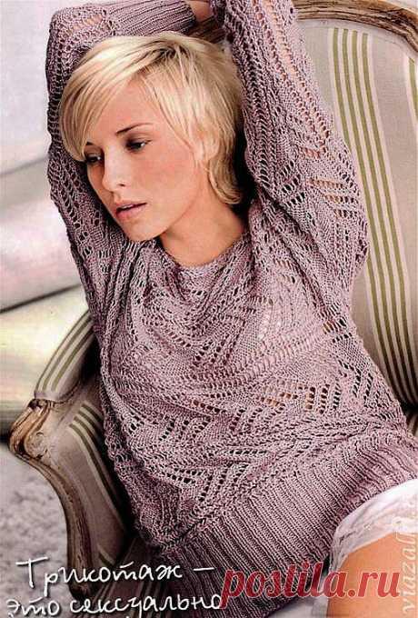 Связанный поперек сиреневый пуловер.