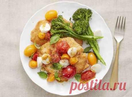 👌 Капрезе с куриными котлетками, рецепты с фото Капрезе – классическая итальянская закуска из помидоров, сыра и зелени. В сочетании с сочными куриными котлетками это блюдо превратится в полноценный, вкусный и полезный ужин.  В...
