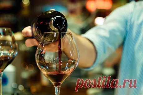 Сколько держится алкоголь в крови человека: таблица вывода из крови напитков На любом застолье дело не обходится без употребления спиртного. Но когда нужно возвращаться к повседневной работе, могут возникнуть трудности из-за