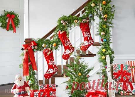 Идеи новогоднего украшения лестницы До Нового года осталось не так много ипора задуматься над идеями праздничного декора. Перебрать оставшиеся спрошлого года игрушки имишуру, подумать, что нужно докупить. Если вдоме есть лестница, оней тоже нельзя забывать. Сайт RMNT покажет вам, как можно украсить лестницу кпраздникам.