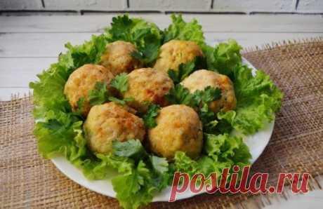 Зразы с зеленым луком и яйцом  Ингредиенты:  Фарш куриный — 500 г Приправы — по вкусу Яйца — 3 шт. Лук — 1 шт.  Приготовление:  1. Луковицу потереть на терке в фарш, посолить, добавить любимые приправы. Перемешать до однородной массы. 2. Яйца сварить, порезать кубиками. Смешать с нарезанным зеленым луком. 3. В кусочек фарша положить начинку, сформировать шарик. 4. Зразы сложить в форму для запекания, на дно налить воды, чтобы только дно прикрыла. Отправить в разогретую до ...