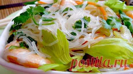 Азиатский салат из «стеклянной» лапши с креветками