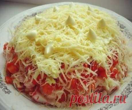 """La ensalada """"Песцовая шубка"""" ¡- es tierno, es sabroso, simplemente! Pongan """"Класс!"""" para conservarlo en la página.\u000d\u000aSerá necesario:\u000d\u000aLas varitas de centolla el 200 gramo, \u000d\u000aLos 2 tomates, \u000d\u000aEl 1 pimiento de ensalada, \u000d\u000a100 gramo del queso, \u000d\u000a2 huevos. \u000d\u000aLA PREPARACIÓN:\u000d\u000aEl queso y los huevos friccionar sobre el rallador menudo, el resto cortar por los cubos. Todas las capas untar ligeramente por la mayonesa. De arriba adornar con el queso rallado y la mayonesa. Qué aproveche!"""