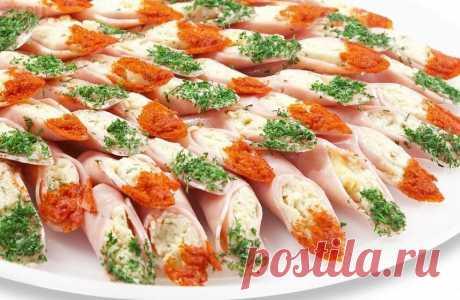 Холодные закуски к праздничному столу в виде рулетов – это не только питательные, но и очень красивые блюда, которые разнообразят и делают оригинальным меню любого застолья.  Делать такие рулеты можно практически из любых продуктов: лаваша, сыра, рыбы, цукини, кусочков мяса или ветчины, а также заворачивать всевозможную начинку в блинчики, омлет и крабовые палочки.