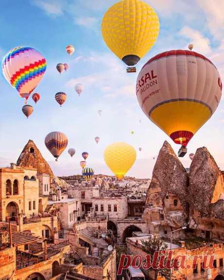 #Каппадокия@discoverygroup – полупустынный регион в центральной части Турции. Он известен своими волшебными дымоходами – высокими конусообразными скальными образованиями, которых особенно много в Пашабаге (Долина монахов) и долине Гёреме.