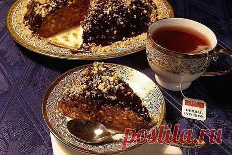 Ореховый торт без выпечки Ингредиенты: 500 гр. печенья ?Банка сгущенного вареного молока 1 стакан чищенных грецких орехов Шоколад Приготовление: Готовится ореховый торт очень просто! Печенье мелко крошим. Грецкие орехи обязательно чуть жарим, и мелко дробим. Добавляем орехи в крошку. Добавляем сгущенное вареное молоко и хорошенько перемешиваем. Кто желает можно добавить несколько ложек коньяка. Выкладываем торт на блюдо и ставим в холодильник. Шоколад распускаем на водяной бане и обмазываем ним