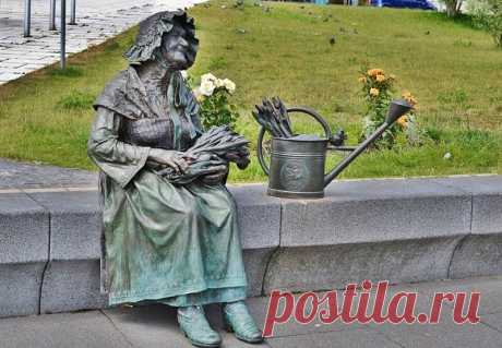 """Памятник цветочнице. Это памятник продавщице цветов Берте Клингберг (1898-2005). """"Шверинскую цветочницу"""" знали многие, её всегда можно было увидеть на городской площади, одетую в национальный костюм и с корзинкой цветов. г. Шверин, Германия."""