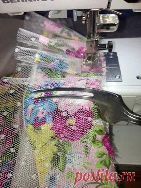 Лайфхак для рукодельниц: как быстро сделать ровные складки при помощи вилки.