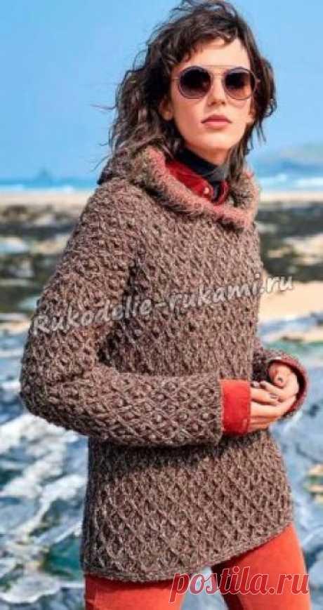 Пуловер с капюшоном и узором из шишечек спицами