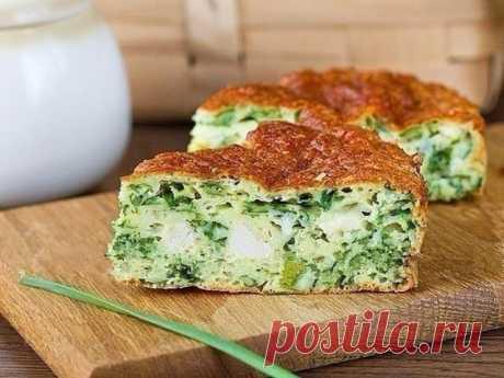 Безумно вкусно-нежный пирог с зеленым луком, курицей и сырной корочкой. Ингредиенты: Зеленый лук — 200 г Яйца куриные — 3 шт. Сметана — 150 г Мука — 1 стакан Куриная отварная грудка — 150 г Сыр твердый — 70 г Разрыхлитель —