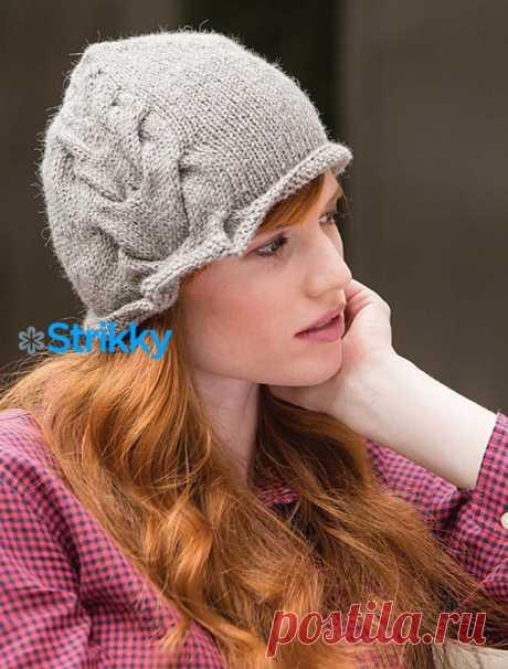 Кокетливая шляпка с косой от Heather Zoppetti вязаная спицами Круглая маленькая шапочка от Heather Zoppetti очень модная. Она надевается глубоко на голову, натягивается на уши и на лоб почти до самых бровей.