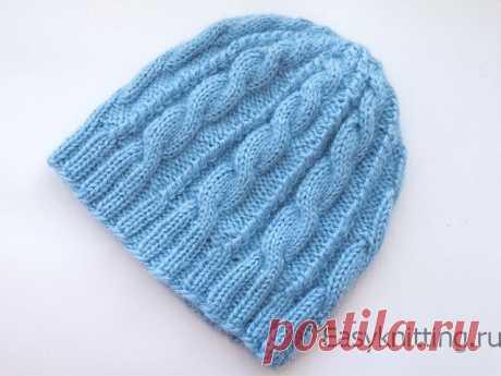 Вязаная женская шапка с косами (видео, схема, описание) — Узоры вязания спицами : видео, схемы, описание
