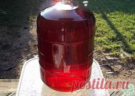 """Шикарное, вкусное, ароматное домашнее вино, да еще и с """"гуманным ценником"""" - прекрасное решение к праздничному столу! А восхищение гостей, попробовавших этот """"божественный"""" напиток, станет Вам наградой за труды и терпение!    Ингредиенты: Варенье (любое) - 0,5 л. Рис - 1 горсть Дрожжи - на кончике ножа Приготовление: В 2-х литровую банку выкладываем варенье , дрожжи и кипяченую, остывшую воду по """"плечики"""" банки, рис, дрожжи. Натягиваем на банку медицинскую перчатку и за..."""