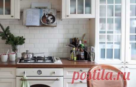 Российские дизайнеры точно знают: даже если кажется, что места на небольшой кухне совсем нет, все равно можно найти несколько свежих решений и отыскать заветное пространство для дополнительного хранения »>