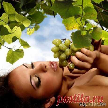 Приготовление лосьона.  Необходимо отжать около 300 мл свежего виноградного сока, для этого разомните виноград.