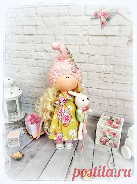 Кукла интерьерная Бутончик. Рост 30 см выполнена из трикотажа Белый ангел и хлопка. Платье из хлопка Тильда. У Бутончика есть друг кролик и они спешат в гости с подарком. Куколка послужит прекрасным подарком