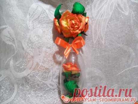 Подсвечник «Маргарита» Он выполнен на основе бокала для шампанского. Использованы розы из фоамирана, собранные своими руками. К подсвечнику подойдут как маленькие, так и широкие свечи.Для сборки композиции берём материалы:- прозрачный бокал для шампанского на короткой ножке.- ножницы.- клеевой пистолет.- листы фоамирана