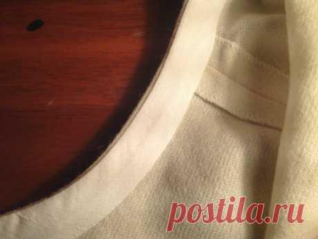 Обработка горловины и пройм косой бейкой (обтачный шов), без отделочной строчки Обработка горловины и пройм косой бейкой (обтачный шов), без отделочной строчкиКосая бейка - отличная альтернатива традиционной обтачке горловины, выкраиваемой из основной ткани.Как пришить бейку обтачным швом? Чем же удобна обтачка горловины или пройм с помощи бейки?Бейку...