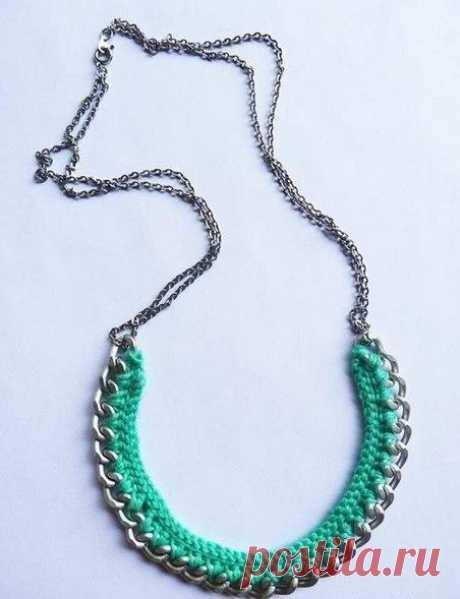 Ожерелье из цепи обвязанное крючком