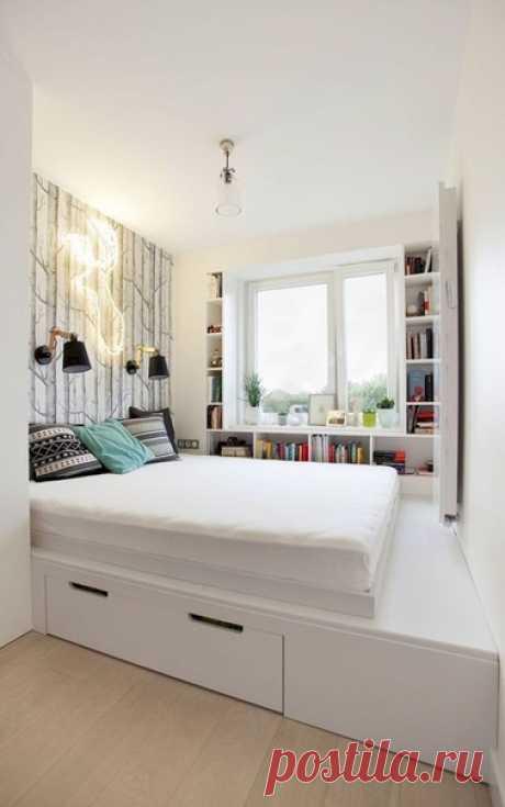 Спальное место на подиуме и мини библиотека в комнате