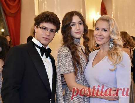 Антон и Дина Немцовы  с мамой