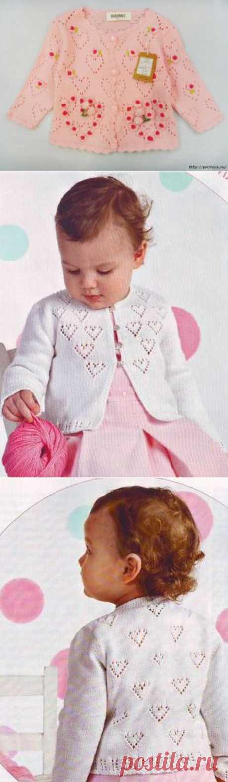 Чудная детская кофточка вязаная ажурными сердечками с декором мини цветочками.