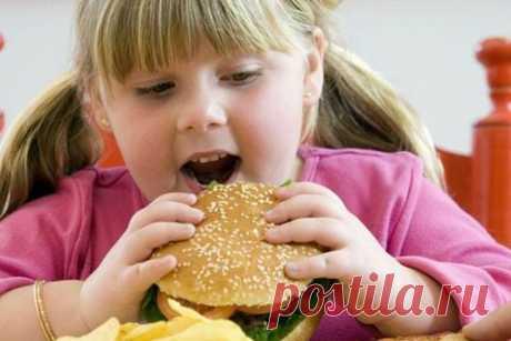 """Как уберечь ребенка от ожирения   Журнал """"JK"""" Джей Кей К сожалению, проблема детского ожирения стоит сейчас очень остро, врачи этим серьезно обеспокоены, так как из-за этого не только ухудшается фигура ребенка, но и подвергается серьезным риском его здоровье, что является, конечно, более опасным. Следить за весом своего ребенка определенно должны именно родители, в конце концов, именно на них лежит ответственность за здоровье ребенка до тех пор, пока он не вырастет и не ст..."""
