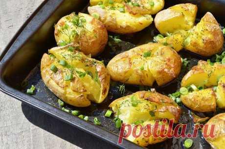 Мятая картошка в духовке — шедевр португальской кухни! Попробуй не слопать всё сама…