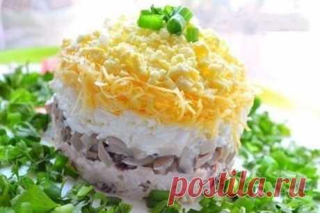 Скоро Новый год! Сохраняем новые рецепты! Романтический салат «Белая ночь»!     В блюдо с романтическим названием нужны довольно простые продукты: 200 г сыра, 200 г маринованных грибочков, пару луковиц и картофелин, морковка, 300 г мяса (берем любое, можно даже язык) заправля…