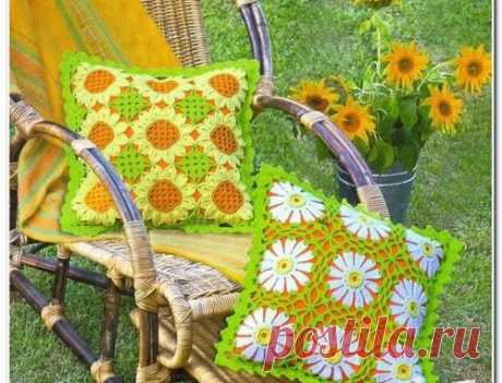 Las almohadas tejidas en el estilo pechvork. La labor de punto por el gancho de la almohada del esquema