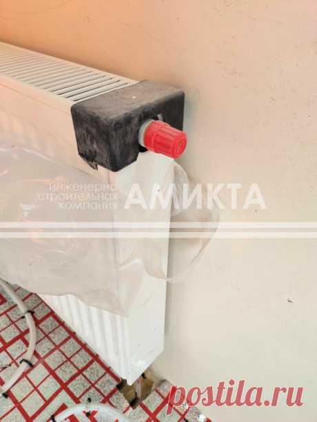 Монтаж радиаторов отопления с верхней решеткой, полированной фронтальной поверхностью и устойчивым к повреждениям порошковым покрытием. Заказать отопление загородного дома под ключ тут - https://amikta.ru/otoplenie/