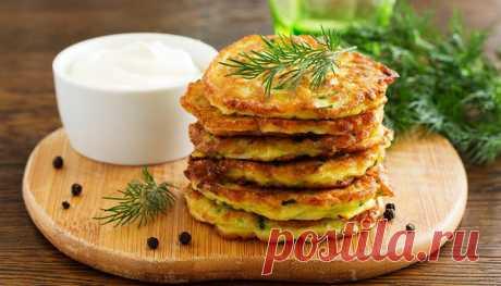 Оладьи из кабачков и картошки – 6 рецептов Поджаристые оладьи из кабачков и картошки понравится даже тем, кто не жалует овощные блюда. Готовят их по разным рецептам. Картофель можно использовать сырой или сваренный, можно испечь оладьи с добавлением моркови, лука, а также, фарша или готовых мясных продуктов. Выбирайте любой рецепт.