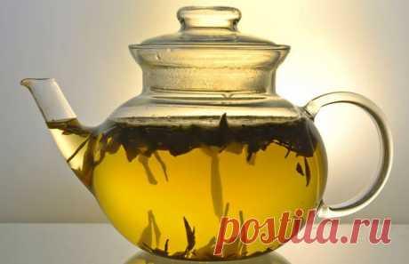 Завариваем чай. Разумеется ,зеленый.  Изначально весь чай зеленый. Черный он становится после термообработки – это как с зернами кофе. Поэтому его происхождение – похоже Индия ,но вот «культура применения» - безусловно Китай.  Поэтому самый лучший зеленый чай – китайский. Здесь нам ,россиянам ,жутко повезло ,поскольку полохой чай китай  просто не производит – не выгодно ,а гонят его  к нам закупочные компании просто составами , а от этого от очень дешевый при суперкачестве .