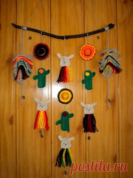 Настоящее мексиканское вязаное панно от mycrochetwonders с ламами, сомбреро и кактусами.