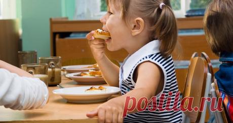 7 блюд-хитов советского детского сада Пока не съешь кашу, из-за стола не выйдешь! воспитательницы в детском саду не знали жалости. Приходилось жевать ненавистную манку, глотая комочки и слезы. Но были и хиты: пюре с селедочкой...
