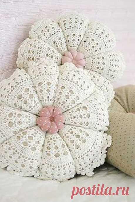 La almohada de la servilleta la ropa A la moda y el diseño del interior por las manos