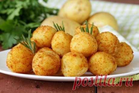 Картофельные шарики с сыром - отличный - необычный гарнир  Потрясающая закуска на все случаи жизни!  Приготовление:  1. делаем картофельное пюре, примерно из 6 картофелин;  2. в пюре добавляем 2 яйца и одну ложку муки;  3. хорошо перемешиваем, лучше руками;  4. скатываем шарики и в середину внедряем кубик сыра (любого по вкусу);  5. картофельный шарик обваливаем в панировке с добавлением соли и специй;  6. в разогретую сковороду наливаем приличное количество масла, чтобы закрывало дно шарика,
