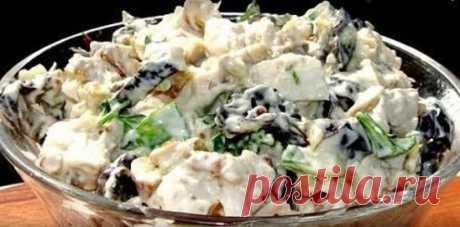 Салат с курицей и черносливом  Ингредиенты  Отварное филе курицы 200 гр.  Чернослив 70 гр.  Грецкие орехи 40 гр.  Соль  Зелень  Чеснок 1-2 зубчика  Майонез  Способ приготовления  Шаг 1 Режем филе курицы кубиками.  Шаг 2 Чернослив заливаем кипятком, оставляем на 10 минут, сливаем воду и режем соломкой.  Шаг 3 Грецкие орехи измельчаем ножом.  Шаг 4 Чеснок и зелень мелко режем.  Шаг 5 Выкладываем в глубокую тарелку курицу, чернослив, зелень, чеснок, грецкие орехи. Заправляем ...