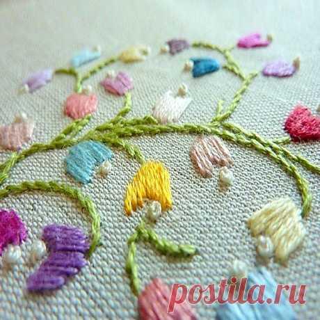 Круглая вышивка декоративными швами: цветы. Схема