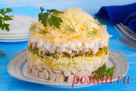 Салат со свининой Рецепт простого, вкусного и сытного мясного салата, в состав которого помимо свинины входит картофель, соленые огурцы, репчатый лук, сыр и куриные яйца.