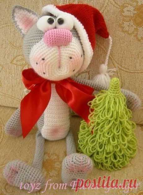 Вяжем игрушку Рождественский кот крючком  Материалы:  Для котика: 1- нитки двух цветов.  2-маленький кусочек х/б ткани и две бусины.  3- ирис розовый.  4-ленточка.   Для колпачка:  Красные нитки.  Чуть-чуть белых ниток для кисточки и плюша для обвязки, но можно и гладкие.  Набор из пяти чулочных спиц номер 3.   Для ёлки:  1-любые зелёные и коричневые или кремовые нитки, также одинаковой плотности.  2-картонка.  Подробнее: https://siava.ru/forum/topic10277-45.html  Описание ...