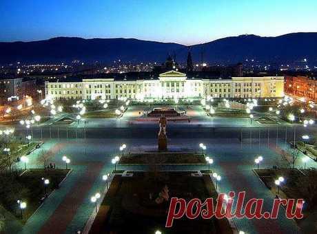 Чита, площадь им. Ленина в центре города ночью.